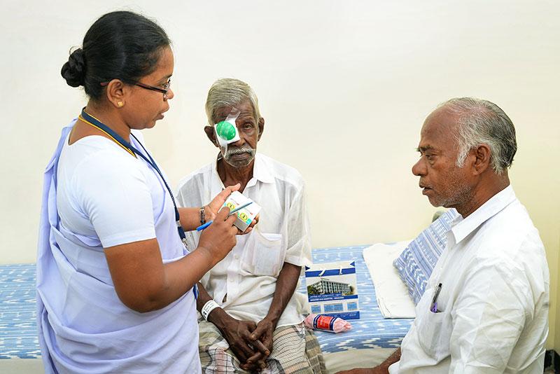 A nurse explains how to apply postoperative medication. INDIA. © M Rajkumar